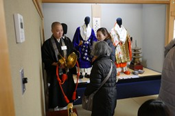 法衣・仏具の展示・解説